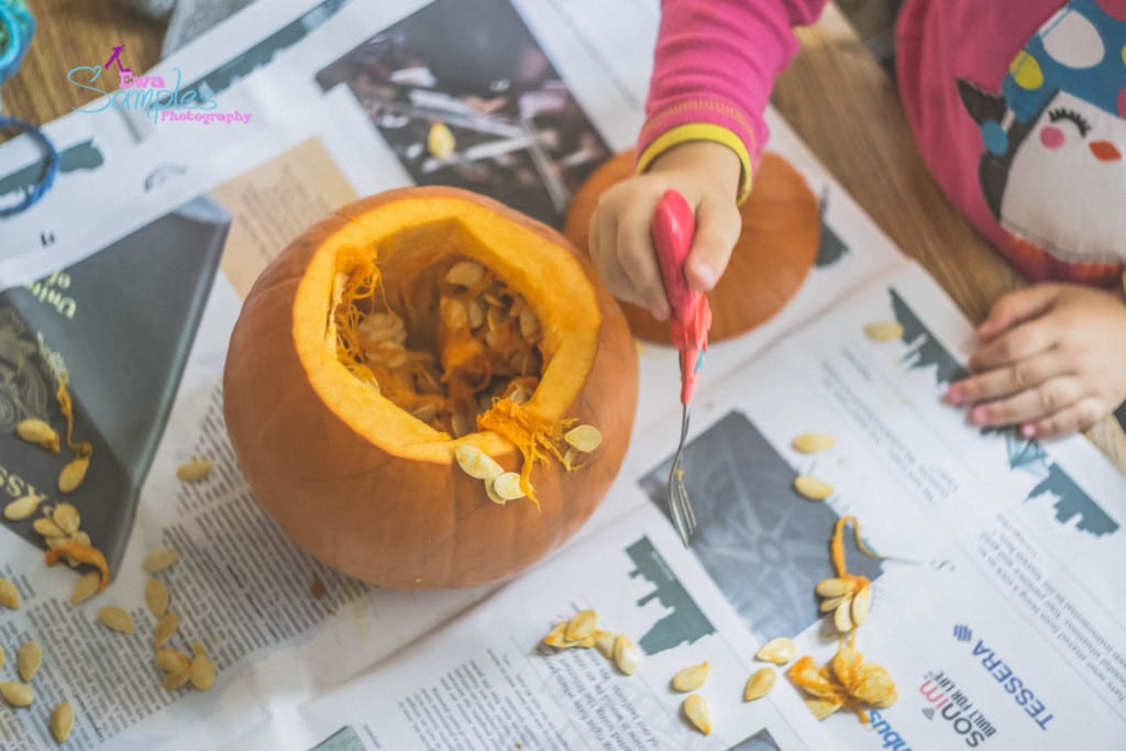 carving pumpking with kids-1